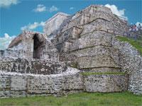 GtB In der oberen Plattform des Masonry Altars, war der Kopf des Kinich Ahau begraben