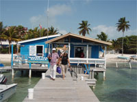 GtB Das Caye Caulker Watertaxi Büro auf dem Wet Willy Dock