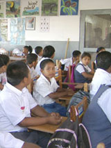 beim Schulkinder Unterreicht in San Pedro Belize